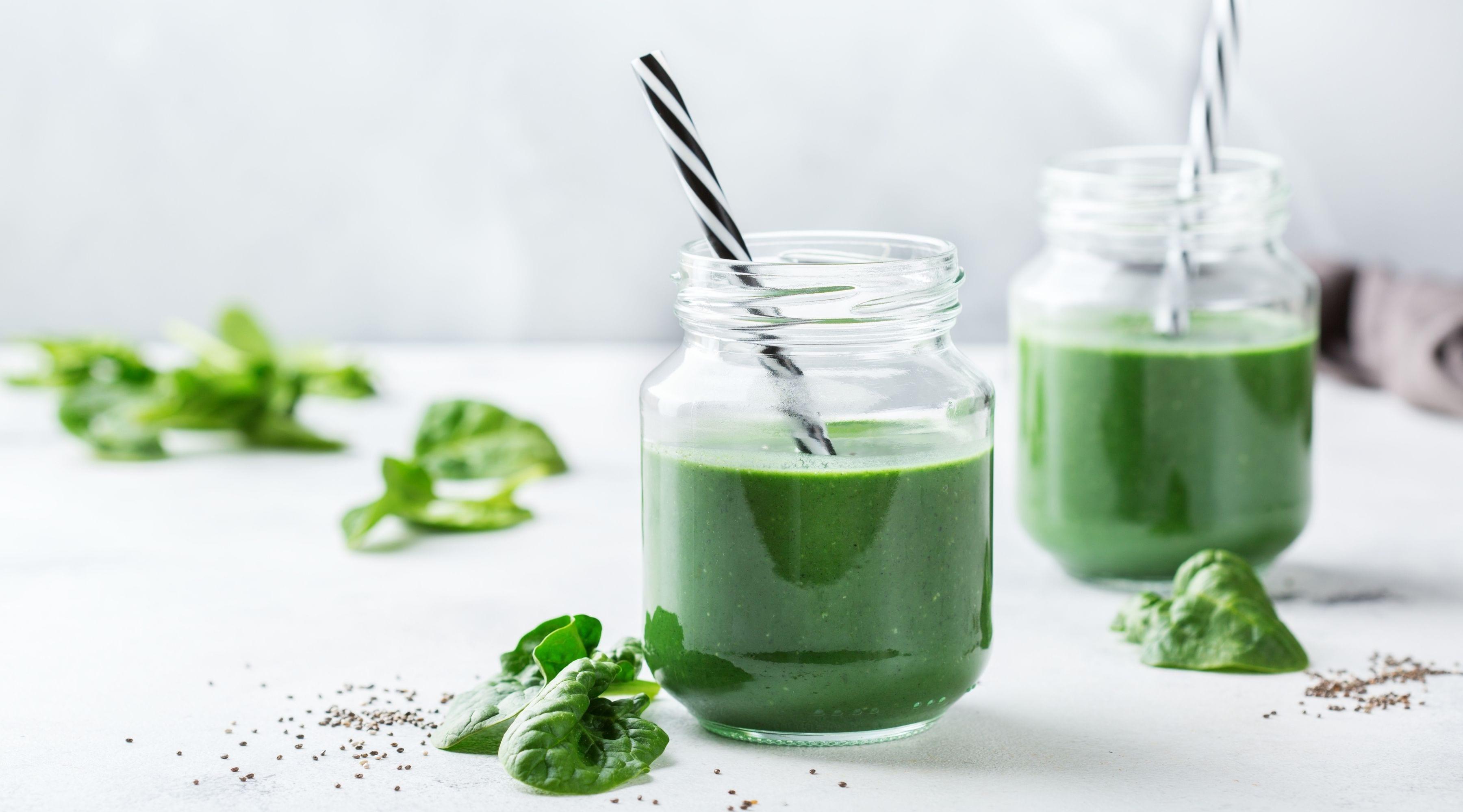 Grön smoothie med spirulina och passionsfrukt